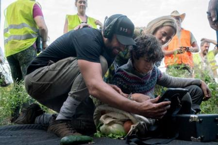 AME3671.  NEW YORK (UNITED STATES), 03/11/2020.- Photo provided by Paramount Pictures that shows the American actor and director John Krasinski (i) with the English child actor Noah Jupe (c) and his wife and actress, the British Emily Blunt, on the set of the film