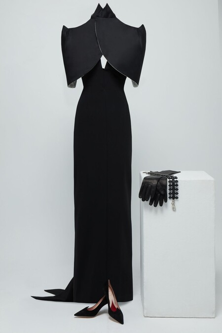 Jenny Beavan Para Cruella Black Dress With Halter Neck And Open Back And Black Slave With Shoulder Pads Plus Accessories
