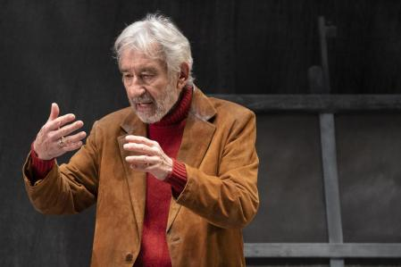 José Sacristán (83) represents the play 'Lady in red on a gray background'