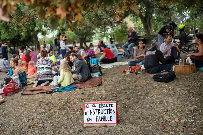 Picnic for families who are setting up home schooling, at the La Ramée leisure center, in Tournefeuille (Haute-Garonne), September 2, 2021.